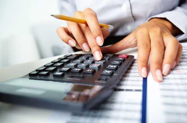 Electromundo - Reparação de electrodomésticos - Nesta imagem podemos ver uma pessoa usando uma máquina de calcular, um lápis e um cadeno e parece estar fazendo contas. Como se estivesse a conferir um orçamento.